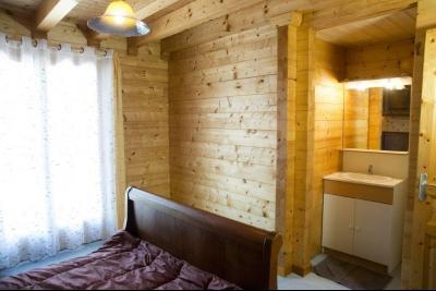 Clairvaux-les-Lacs (Jura) à vendre beaux chalets en madrier Gîtes (2 ogements indépendants)., chambre avec douche et lavabo