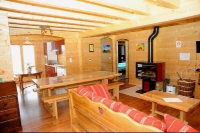 Clairvaux-les-Lacs (Jura) à vendre beaux chalets en madrier Gîtes (2 ogements indépendants)., séjour/salon ouvert sur cuisine