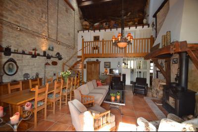 Clairvaux les lacs, ferme rénovée très chaleureuse avec un magnifique jardin, piscine, 4 chambres., Séjour 46 m²