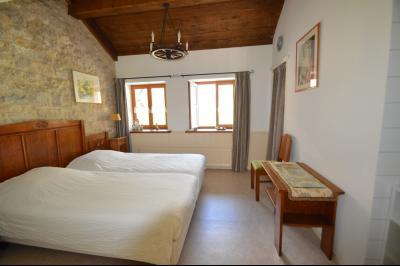 Clairvaux les lacs, ferme rénovée très chaleureuse avec un magnifique jardin, piscine, 4 chambres., chambre 13 m²