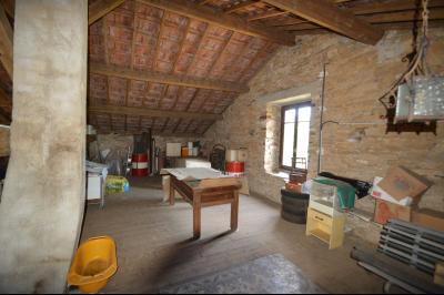 Entre Orgelet et Arinthod, une maison à moderniser 2 chambres, grange, combles aménageables, terrain, combles aménageables