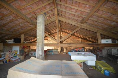 Entre Orgelet et Arinthod, une maison à moderniser 2 chambres, grange, combles aménageables, terrain, combles et sous toiture