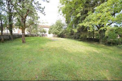 Entre Orgelet et Arinthod, une maison à moderniser 2 chambres, grange, combles aménageables, terrain, terrain vu du fond