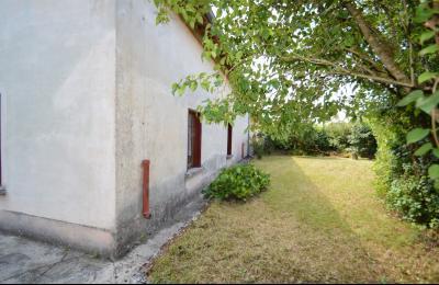 Entre Orgelet et Arinthod, une maison à moderniser 2 chambres, grange, combles aménageables, terrain, arrière de la maison