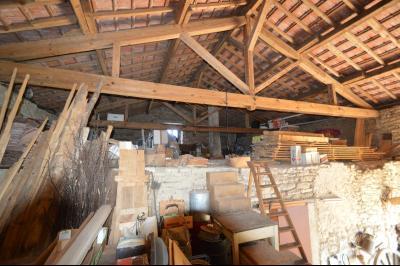 Entre Orgelet et Arinthod, une maison à moderniser 2 chambres, grange, combles aménageables, terrain, charpente