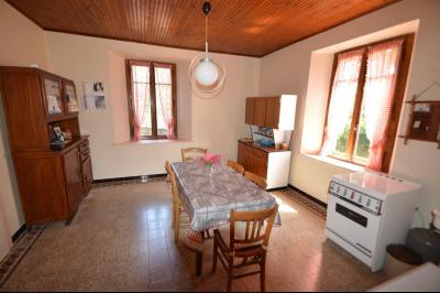 Entre Orgelet et Arinthod, une maison à moderniser 2 chambres, grange, combles aménageables, terrain, Cuisine environ 19 m²