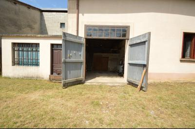 Entre Orgelet et Arinthod, une maison à moderniser 2 chambres, grange, combles aménageables, terrain, entrée de la grange/garage