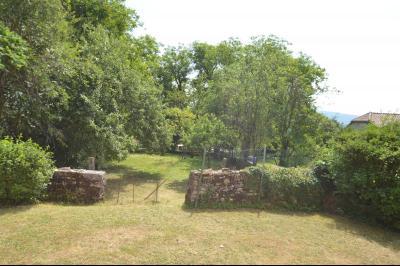 Entre Orgelet et Arinthod, une maison à moderniser 2 chambres, grange, combles aménageables, terrain, le terrain est clos