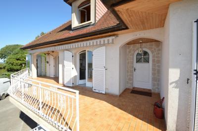 Clairvaux les lacs (JURA) vends Maison rénovée avec vue exceptionnelle sur lacs et relief jurassien., Terrasse coté cuisine et séjour