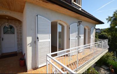 Clairvaux les lacs (JURA) vends Maison rénovée avec vue exceptionnelle sur lacs et relief jurassien., Terrasse coté chambres