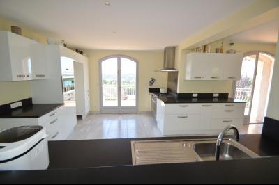 Clairvaux les lacs (39 JURA), à vendre maison rénovée 340 m², parc de 2700 m² avec vue sur le lac, Cuisine granit
