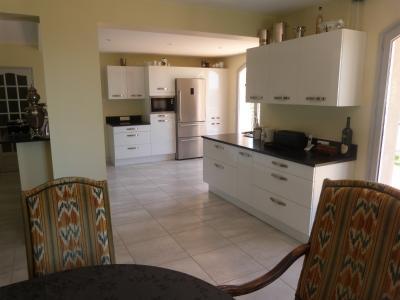 Clairvaux les lacs (39 JURA), à vendre maison rénovée 340 m², parc de 2700 m² avec vue sur le lac, Cuisine ouverte
