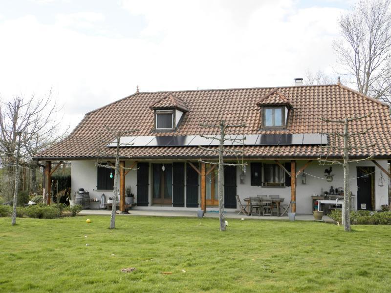 Proche LOUHANS (71), � vendre maison familiale (2001) de 150 m�, terrain 6054 m�.