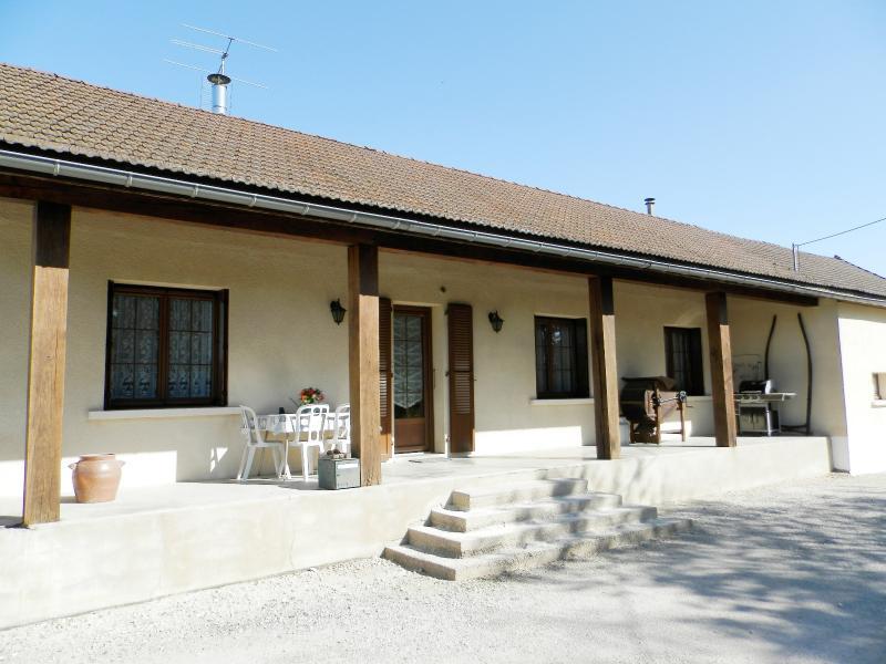 BELLEVESVRE (71), � vendre maison plain-pied 136 m�, cinq chambres, deux garages, terrain 14800 m�.
