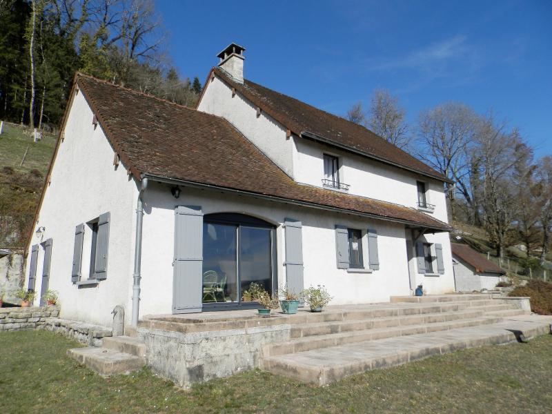 Proche ORGELET (39), à vendre maison 176 m² sur terrain 4000 m² environ avec vue
