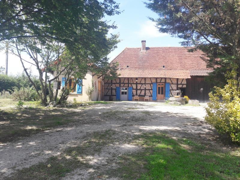 SAINT GERMAIN DU BOIS (71), à vendre ferme rénovée 111 m², terrain 4781 m², sans voisinage.