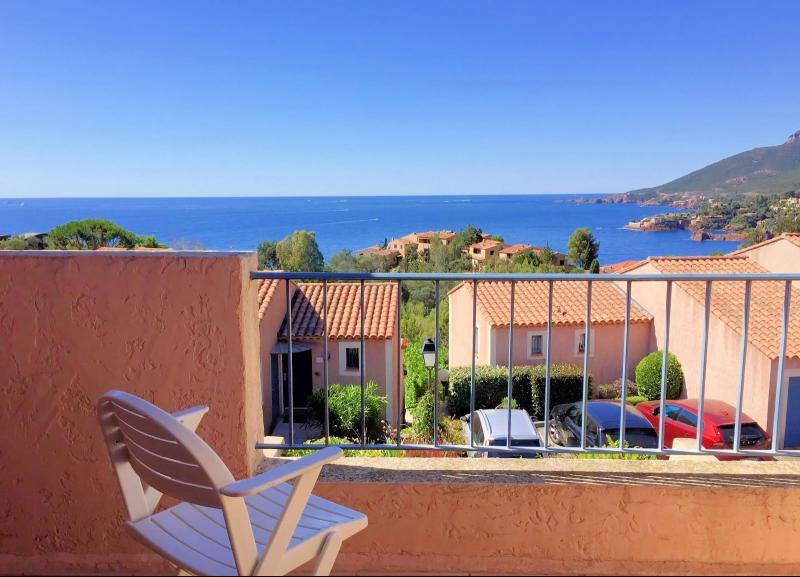 Th�oule sur Mer, (06 Alpes Maritimes)� vendre maison jumel�e expos� plein sud vue mer, terrasse 20m2