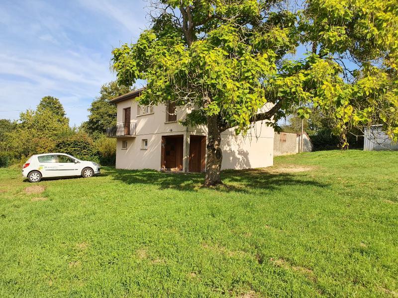 A 4 km du centre de Louhans, vends une maison � finir de r�nover sur 2135 m� de terrain.
