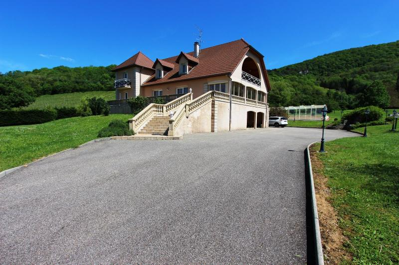 Vends maison contemporaine sur 2 hectares avec piscine chauff�e, 6 chambres, proche Lons-le-Saunier.