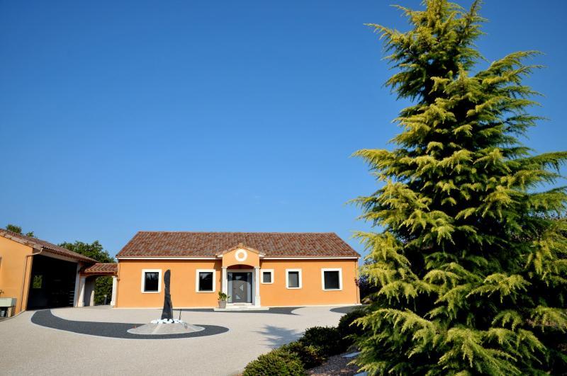 TOURNUS, � vendre TRES BELLE VILLA  AVEC VUE, maison de plain-pied, 7 pi�ces et 180 m� d�pendances.