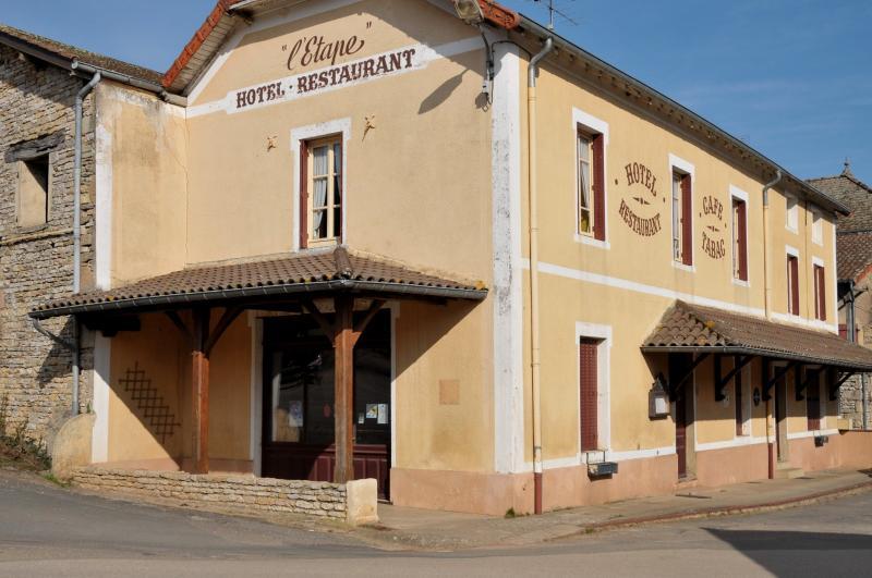 PETIT HOTEL RESTAURANT + MAISON D'HABITATION A 12 KM DE CLUNY DANS UN VILLAGE DE CHARME