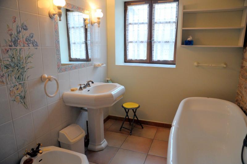SALLE DE BAINS AU REZ DE CHAUSSEE ( toilettes séparés )