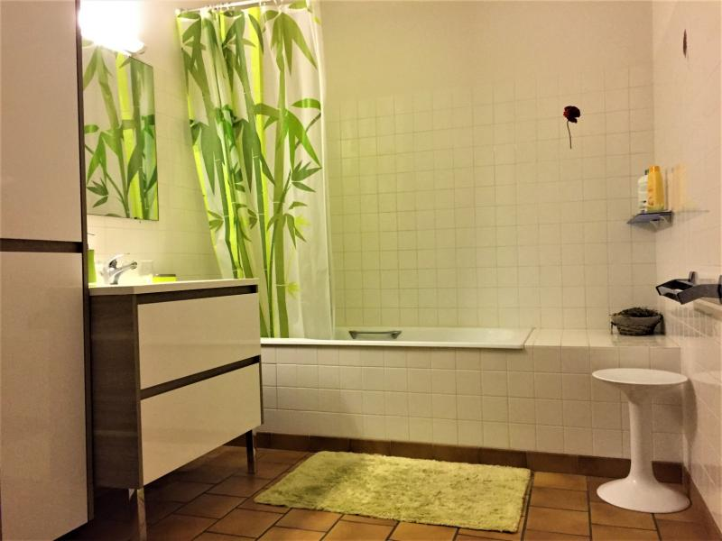 SDB Chambre 1 baignoire + douche et WC séparer