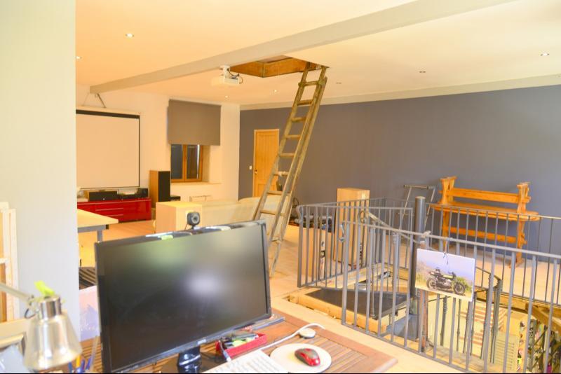 Salon avec home cinéma et bureau