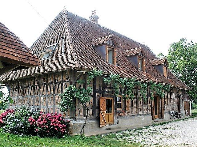 Secteur Saint Germain Du Bois, vends maison de caract�re d'environ 250M� avec terrain d'environ 15HA