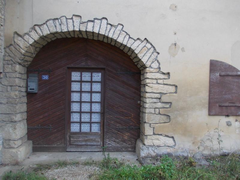 Secteur Mouchard, � vendre maison de village en pierres de 6 pi�ces 110m� habitables.