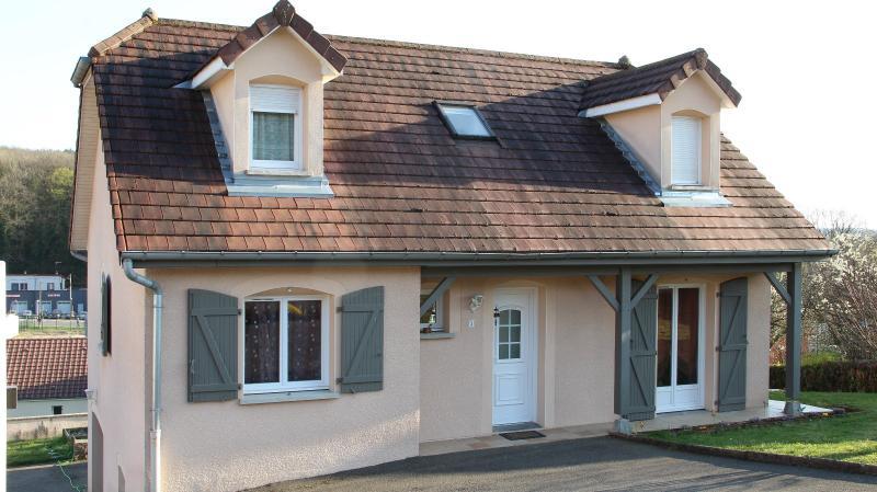 Mouchard, belle maison r�cente de 5 pi�ces, 110m�, piscine, terrasse sur 1000m� de terraln clos.