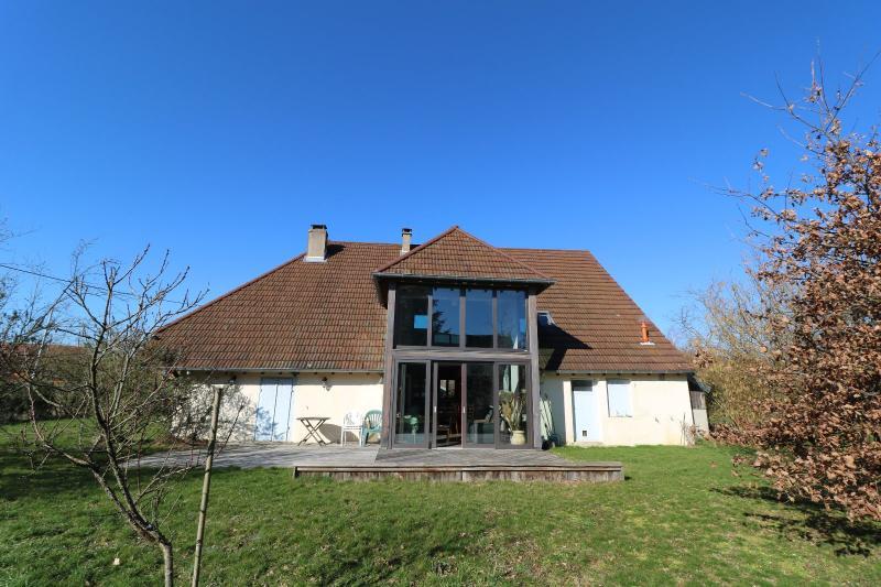 Chaumergy, � vendre tr�s agr�able maison de 7 pi�ces, 179m� sur 10060m� de terrain clos.