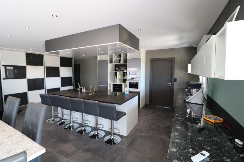 salon séjour 68m² cuisine équipée ouverte