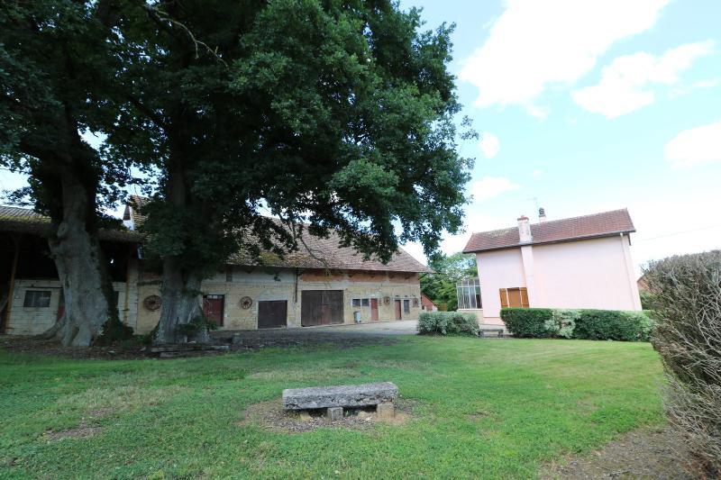 Secteur Poligny vends habitation de 4 pièces, 100m² et ferme 500m² sur 6800m² de terrain clos.
