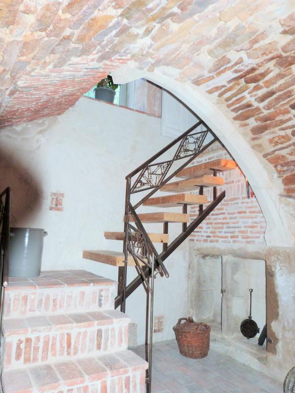 Escalier evrs la cave voûtée devne un beau caveau