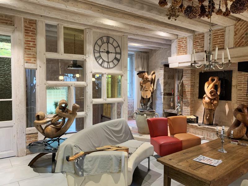 Grande pièce à vivre avec cheminée