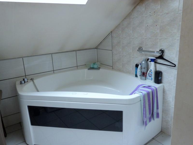 salle de bains avecbaignoire balnéo