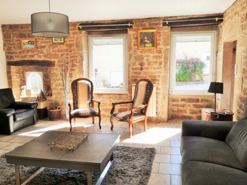LONS-LE-SAUNIER 39000 JURA à 10 mn Vends MAISON 355 m²env.- 6 chambres, terrasse, jardin, 2 garages.