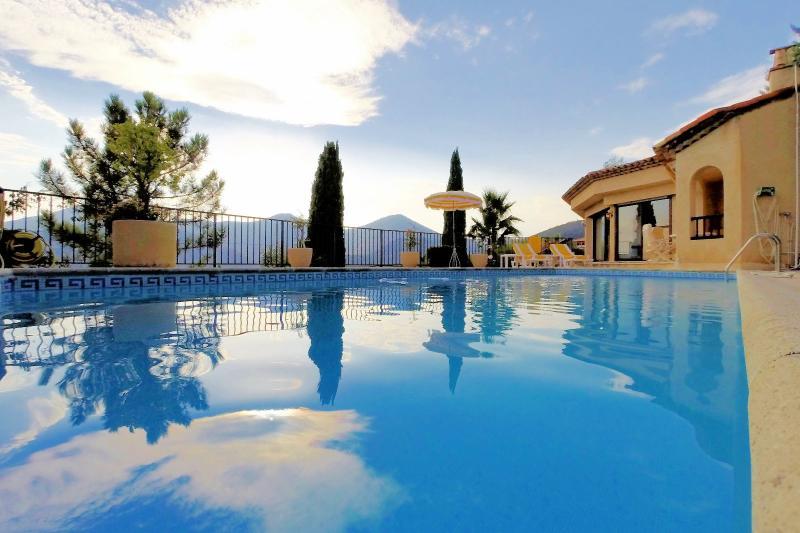 Villa (180m2) avec piscine et vue mer panoramique, proche plages, jardin 1500m2, exposition sud