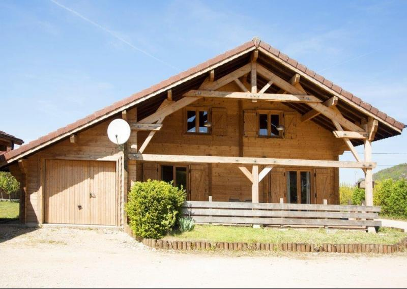 Clairvaux-les-Lacs (Jura) � vendre beaux chalets en madrier G�tes (2 ogements ind�pendants).