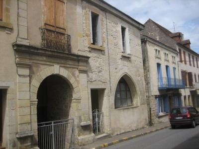 maison de bourg avec terrain dans un village tous commerces et services. Salviac