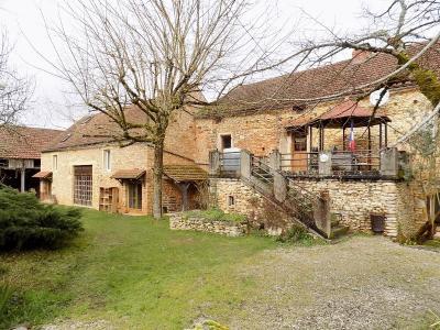 Ancienne corps de ferme en pierre très atypique de 150 m² habitables avec de nombreuses dépendances. salviac