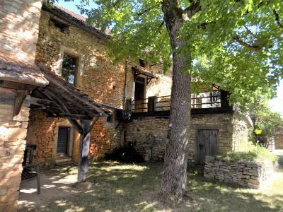 Ancienne corps de ferme en pierre tr�s atypique de 150 m� habitables avec de nombreuses d�pendances.