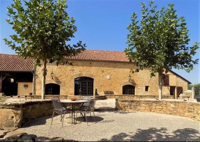 Maison d'habitation avec superbe grange et tour ancienne à rénover en Dordogne ST CERNIN DE L'HERM