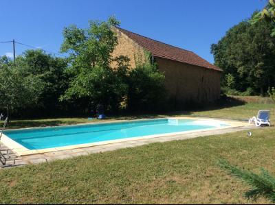 Au calme, propri�t� en pierre avec piscine et 6000 m� de jardin