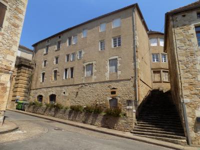 PUY L?ÉVÊQUE, appartement type 4 lumineux en centre ville avec terrasse privée. PUY L'EVEQUE