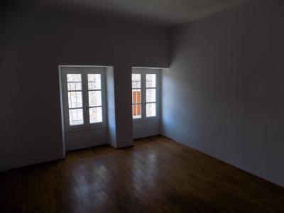 PUY L?�V�QUE, appartement type 4 lumineux en centre ville avec terrasse priv�e.