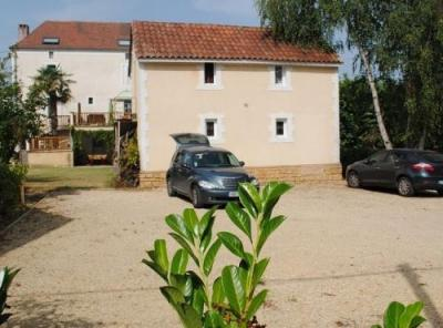 Dordogne, non loin de la rivi�re, vaste maison en pierre avec piscine et G�te.