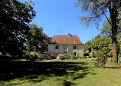 """Dans un village tous commerces, proche rivière """"Dordogne"""" belle demeure rénovée SIORAC EN PERIGORD"""