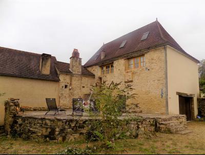 Joli ensemble en pierre avec 1200m� de terrain dans un petit village.